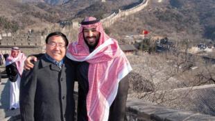 Le prince héritier saoudien Mohammed ben Salman avec l'ambassadeur de Chine en Arabie saoudite, Li Huaxin, lors d'une visite à la Grande Muraille de Chine, le 21 février 2019.