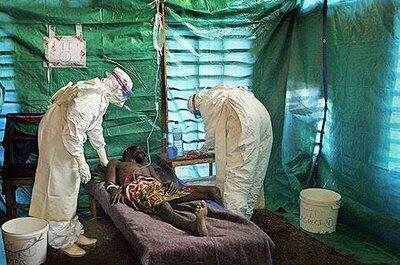 Pessoa doente recebendo tratamento para ebola em 28 de março de 2014.