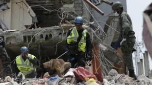 厄瓜多尔救援人员在地震灾区现场