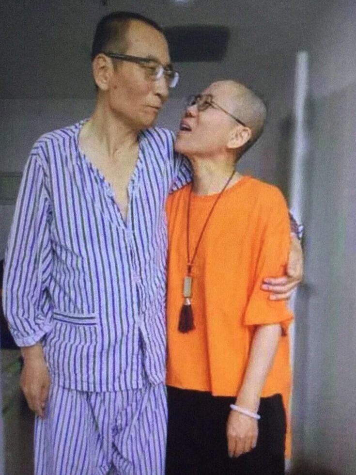 刘晓波夫妇在医院相互搀扶。照片由刘晓波夫妇的朋友野渡传发上网。