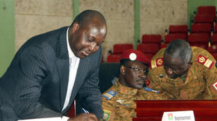 Le leader de l'opposition , Zéphirin Diabré signe la charte de la transition à Ouagadougou, le 16 novembre.