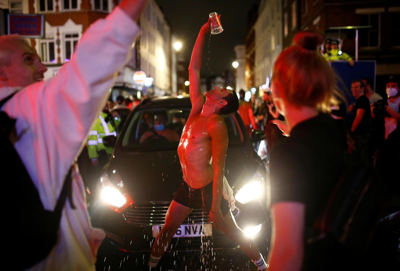 Jovem tira a roupa no meio da rua, em Londres.