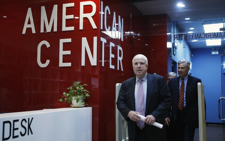 Thượng nghị sĩ Mỹ John McCain và Sheldon Whitehouse đến American Center ở Hà Nội dự cuộc họp báo ngày 08/08/2014.