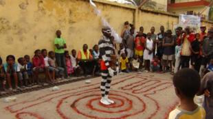 Performance de Patrick Sakana dans le quartier de Beau Marché à Kinshasa. Festival Kin Act 2015.