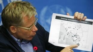 O diretor-adjunto da OMS (Organização MUndial da Saúde), General Bruce Aylward, mostra um mapa com dados sobre a epidemia de Ebola