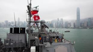 一艘援助船停靠在香港