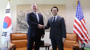 Đặc phái viên Hoa Kỳ về Bắc Triều Tiên Stephen Biegun (T) và đặc phái viên Hàn Quốc Lee Do Hoon, Seoul, ngày 29/10/2018