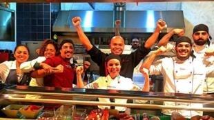 Ricardo Takamitsu(centro), brasileiro, sushiman na Itália com sua equipe.