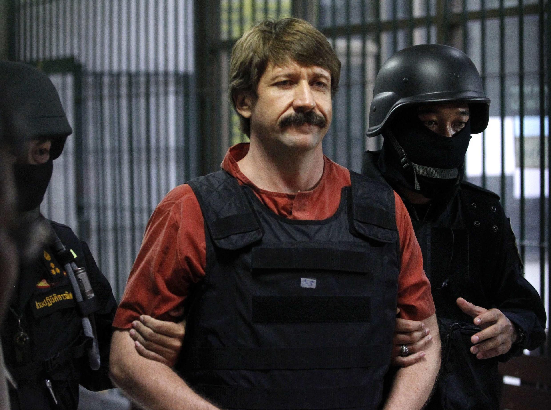 Viktor Bout escoltado por policiais tailandeses em Bangcoc, no dia 5 de dezembro de 2010.
