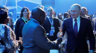 O Presidente russo Vladimir Putin durante uma recepção por ocasião da cimeira de Sotchi, no passado 23 de Outubro de 2019.