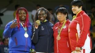 La cubana Idalys Ortiz posa con su medalla de plata junto al oro olímpico de la francesa Emilie Andeol.