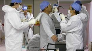 Des ouvriers sur le site de la centrale de Fukushima, le 7 novembre 2013.
