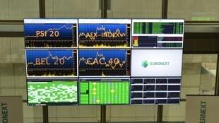 La tension sur la dette italienne a plombé toutes les bourses à Milan, Paris, Londres ou Francfort. (sur la photo) Des écrans de contrôle du marché Euronext à Courbevoie le 30 octobre 2015 (Image d'illustration).