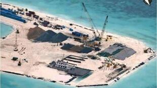 Công trình bồi đắp bãi ngầm Đá Tư Nghĩa (Hughes Reef) của Trung Quốc đang hoàn thiện. Nguồn : China Topix