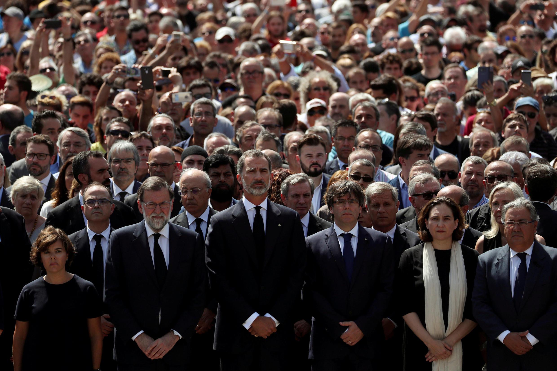 Rajoy, Felipe VI, Puigdemont e Colau fazem minuto de silêncio pelas vítimas