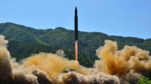 Bắc Triều Tiên thử tên lửa liên lục địa Hwasong-14. Ảnh do hãng tin Bắc Triều Tiên KCNA cung cấp ngày 05/07/2017.