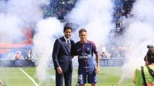 El presidente del PSG, Nasser Al-Khelaïfi, con Neymar, este 5 de agosto en el estadio Parque de los Príncipes, París. Un pase que costó 222 millones de euros.