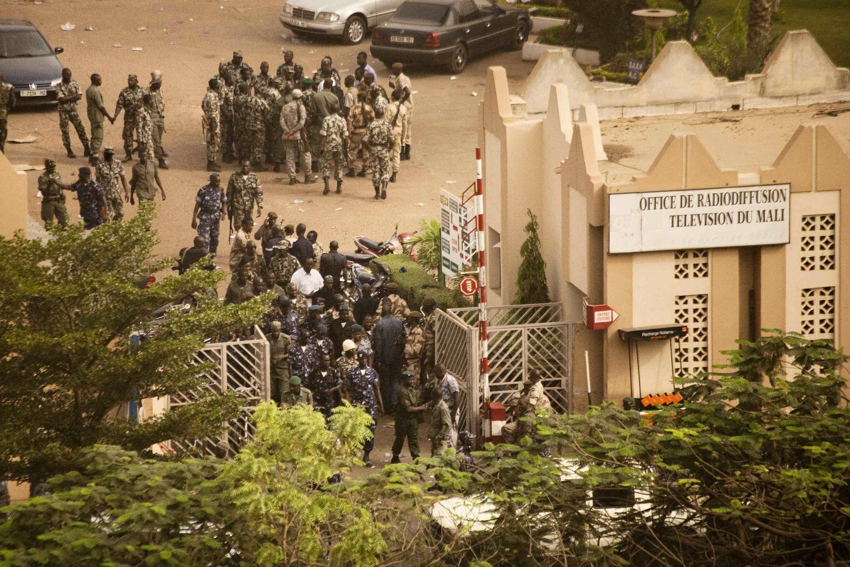 Les militaires mutins investissent l'Office de la radio-télévision malienne à Bamako ce jeudi 22 mars.