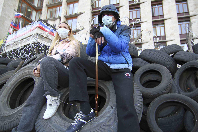 Manifestantes pró-Rússia fazem a guarda do prédio do governo regional em Donetsk, tomado pelo movimento separatista, no leste da Ucrânia.