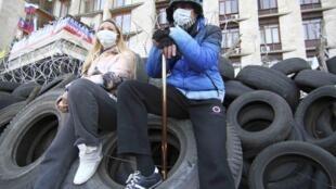 Manifestantes pró-Rússia vigiam o prédio do governo regional em Donetsk, tomado pelo movimento separatista, no leste da Ucrânia.