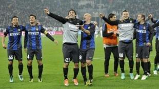 'Yan wasan Inter Milan suna murna bayan doke Juventus ci 3-1 a Seria A