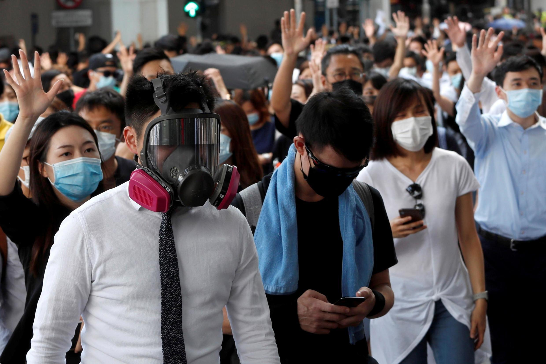 戴口罩舉行示威活動的香港民眾 2019年10月3日