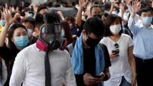 戴口罩举行示威活动的香港民众 2019年10月3日
