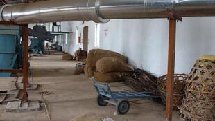Après avoir été récolté, le coton est comprimé dans une presse et empaqueté en balles. Ici dans une usine de coton en Inde.