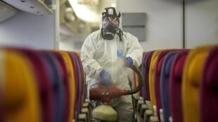 泰國航空員工正在給飛機機艙消毒,2020年1月28日。