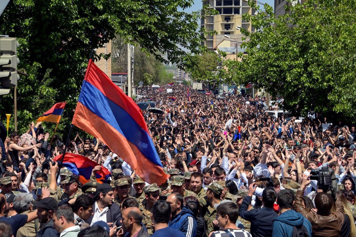 亚美尼亚要求总理下台的示威民众2018年4月23日埃里温