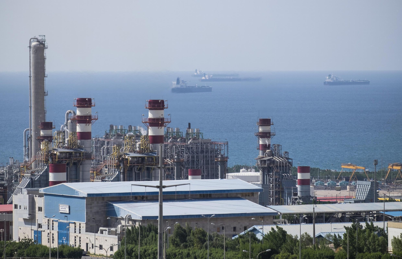 Компания Total вышла из проекта разработки самого крупного месторождения природного газа в мире Южный Парс (на фото). Иран. Промышленный район Эселуйе на берегу Персидского залива