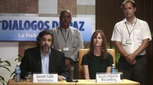 Los garantes del diálogo entre  las Farc y el gobierno colombiano Rita Sandberg de Noruega y Rodolfo Benítez de Cuba.