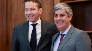 Jeroen Dijsselbloem (esquerda) e Mário Centeno (direita) no momento da passagem de testemunho.