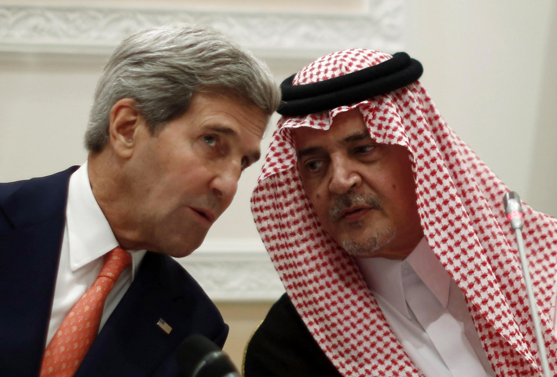 O secretário de estado americano John Kerry (à esq.) e o príncipe  Saoud al-Fayçal durante entrevista coletiva.