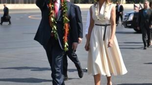 """دونالد ترامپ، رئیس جمهوری آمریکا همراه با همسرش ملانیا، قبل از شروع سفر آسیایی خود، به پایگاه """"هاربر-هیکام"""" فرودگاه نظامی آمریکا در شهر """"هونولولو"""" پایتخت جزایر هاوایی، وارد شدند. شنبه ١٣ آبان/ ٤ نوامبر ٢٠۱٧"""