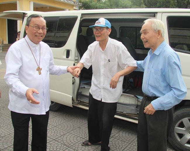 Đón mừng linh mục Nguyễn Văn Lý (giữa) trở về Tổng giáo phận Huế, 20/05/2016.