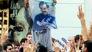 Un Kurde brandit une banderole à l'effigie d'Abdullah Öcalan, fondateur du parti PKK, le Parti des travailleurs du Kurdistan, le 19 octobre 2009.