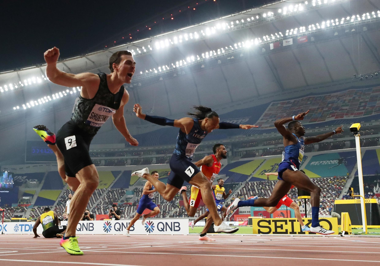 Финиш забега на 110 метров с барьерами, серебро – у россиянина Сергея Шубенкова (слева)