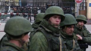 Présence des militaires russes du côté ukrainien près du poste frontière de la ville de Kertch en Crimée, le 4 mars 2014.