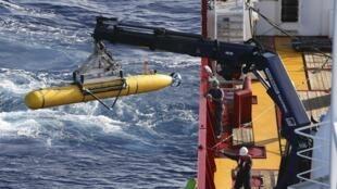 Tảu thăm dò Bluefin 21 lúc được đưa xuống biển trong lần xuất trận mới. Ảnh được Hải quân Úc cho công bố ngày 17/04/2014.