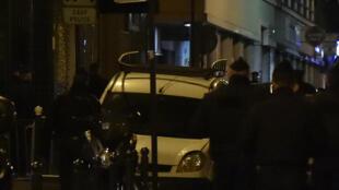 Des policiers français rue de la Goutte d'Or, à Paris.