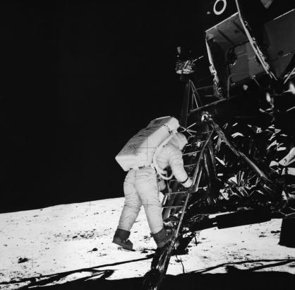 Neil Armstrong, antes de dar os seus primeiros passos na lua, na noite do 20 para 21 de Julho de 1969.