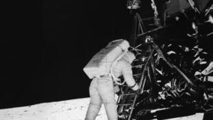 Le 20 juillet 1969, Neil Armstrong s'apprête à fouler le sol lunaire.
