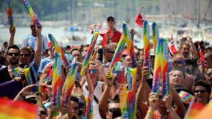 Les gens participent aux marches des gays, lesbiennes, bisexuels et partisans de l'égalité des droits pour les minorités sexuelles, le défilé Europride, au Vieux Port, le 20 juillet 2013 à Marseille, dans le sud de la France.