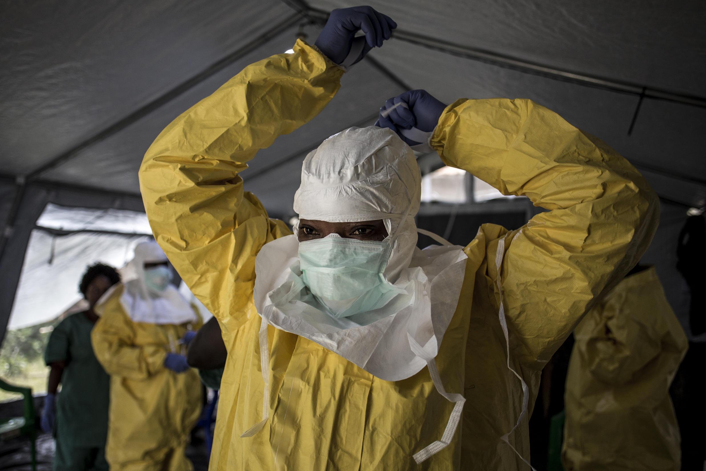 Esta imagen de archivo muestra a una trabajadora sanitaria colocándose su equipo de protección personal antes de ingresar a un centro de tratamiento de ébola, en Beni, República Democrática del Congo, el 12 de agosto de 2018