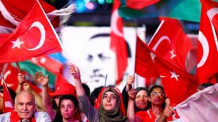 Режим ЧП позволял турецкому правительству принимать законы без участия парламента, а также ограничивать некоторые права и свободы граждан