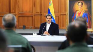 El presidente de Venezuela, Nicolás Maduro, habla con unos mimebros de las Fuerzas Armadas Nacionales Bolivarianas el 4 de mayo de 2020 en el Palacio de Miraflores, en Caracas