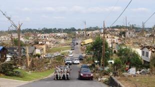 Efectivos del ejército estadounidense visitan las casas arrasadas por el tornado en Pratt City, Alabama