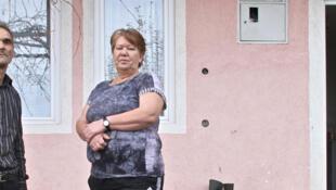 Haki Sinani et son épouse devant leur maison, à une quinzaine de km de Pristina. De retour dans leur ville natale, ils n'ont eu aucune aide du Kosovo.