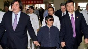 Luật sư Trần Quang Thành và Đại sứ Mỹ tại Bắc Kinh Gary Locke (Reuters)
